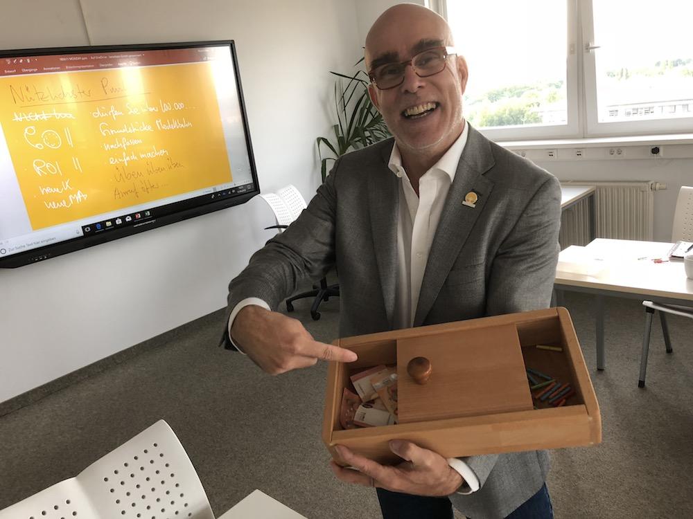 Bild: Bob Beredsam erfreut über den guten Losverkauf für ein regionales Kinderprojekt.