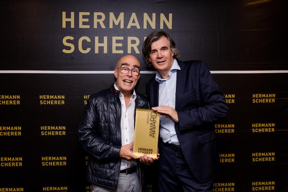 Bild: Bob Beredsam und Hermann Scherer mit Siegeraward vom Düsseldorfer Speakerslam